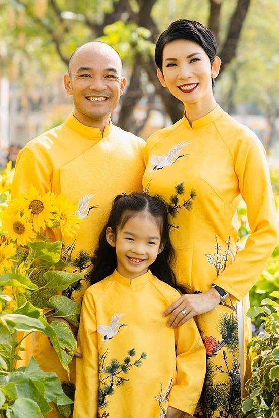 Đôi vợ chồng bên bé Thỏ - con gái riêng của Xuân Lan.
