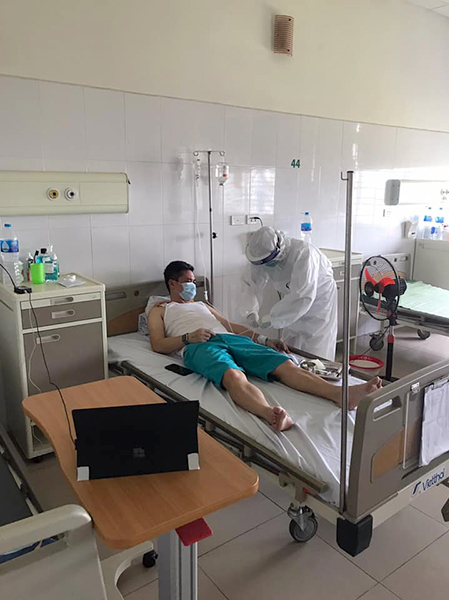 Anh Toàn đang dần hồi phục tại phòng điều trị thường sau 8 ngày phải nằm phòng cấp cứu. Ảnh: Nhân vật cung cấp.