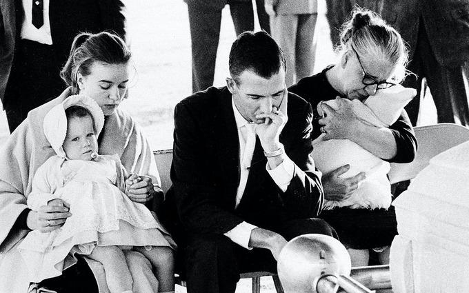 Người nhà của Lee Harvey Oswald dự đám tang tháng 11/1963. Ảnh: AP.