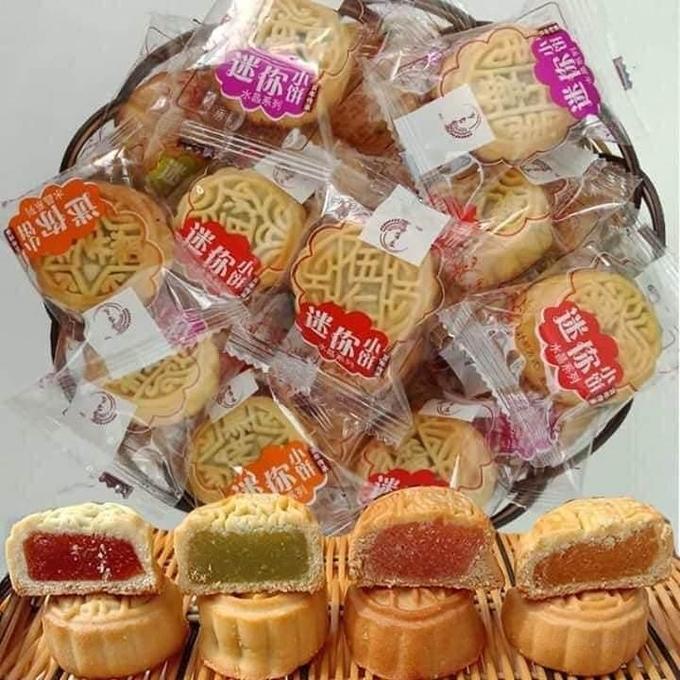 Bánh trung thu mini Trung Quốc có nhân đủ màu sắc. Ảnh: Thu Yến.