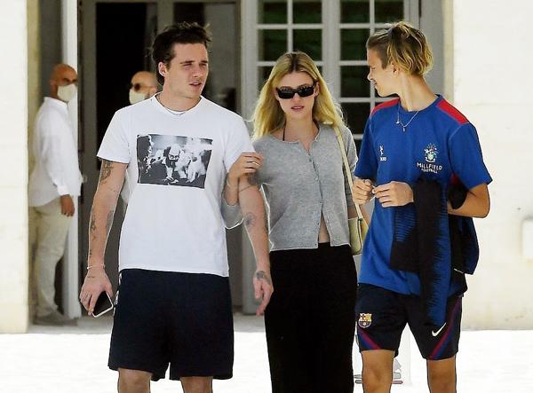 Người đẹp tóc vàng Nicola Peltz cũng đi cùng gia đình chồng sắp cưới. Nữ diễn viên Mỹ khoác tay cậu cả nhà Becks và đi cùng cậu em chồng Romeo.