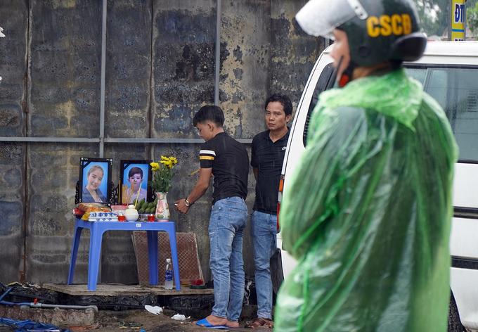 Bàn thờ hai mẹ con nạn nhân được dựng vội bên hiện trường. Ảnh: Phước Tuấn