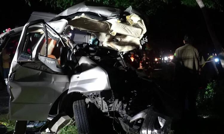 Hai ôtô đấu đầu, 8 người chết