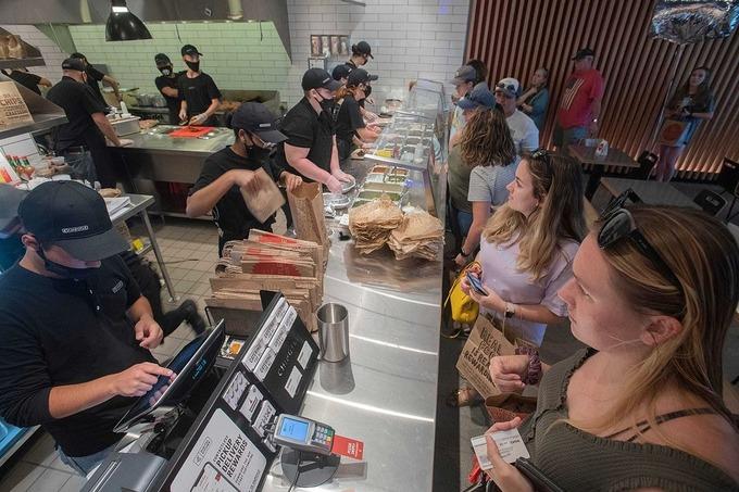 Bên trong cửa hàng của Chipotle tại Pensacola, Florida vào tháng 6/2020. Ảnh: Reuters