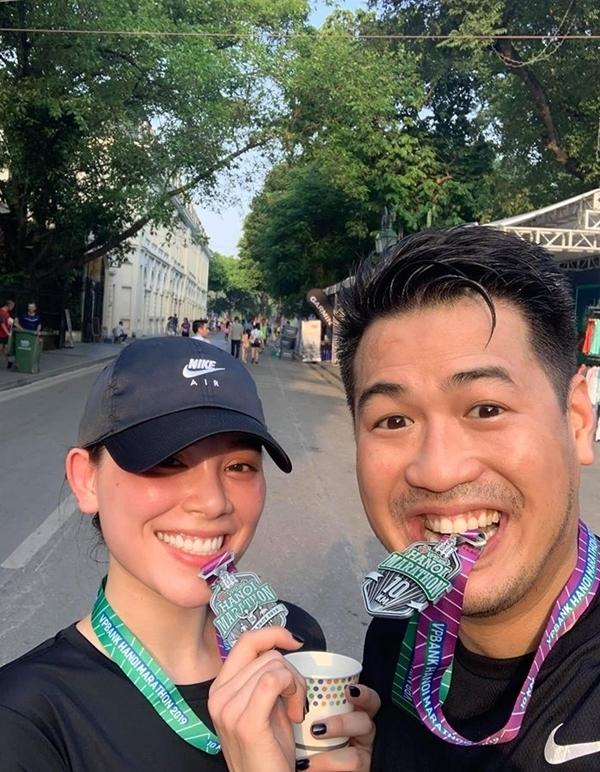 cả hai đăng ký tham gia giải marathon tại Hà Nội với hạng mục 10 km. Chân dài gốc Hà thành phấn khích vì đạt được mục tiêu thời gian ngắn hơn dự kiến.