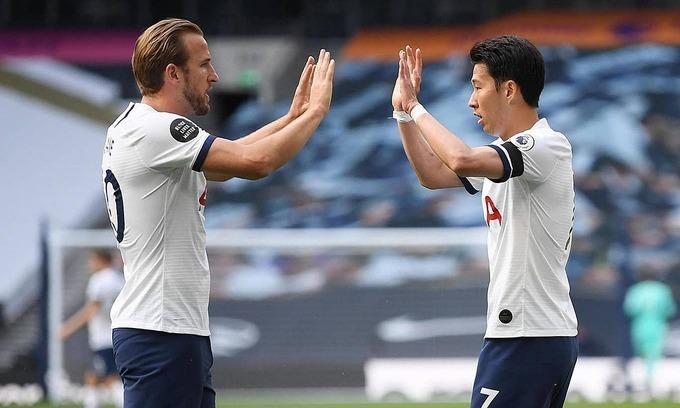 Son (phải) chia vui với Kane. Ảnh: Reuters.