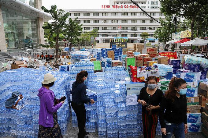 Người dân đã tiếp tế rất nhiều vật dụng cho các bệnh viện đang phải cách ly, điều trị bệnh nhân Covid-19, chiều 30/7. Ảnh: Nguyễn Đông.