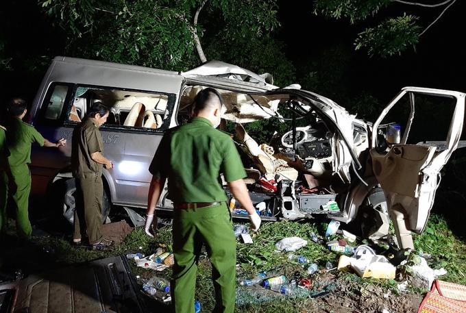 Chiếc xe khách biến dạng sau tai nạn làm 8 người chết rạng sáng 21/7. Ảnh: Việt Quốc.