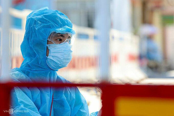 Nhân viên y tế tỏng vùng cách ly Bệnh viện Đà Nẵng ngày 29/7. Ảnh: Nguyễn Đông