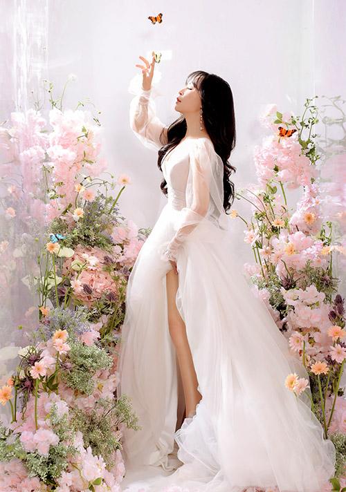 Chất liệu voan và kiểu váy tay phồng, tùng xoè rộng khiến Mỹ Ngọc như nàng công chúa lạc vào khu vườn đầy hoa thơm bướm lượn.