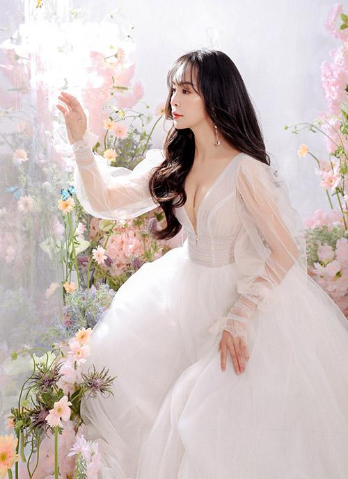 Váy xẻ ngực sâu tôn vòng một đầy đặn và làn da trắng của Trần Mỹ Ngọc.