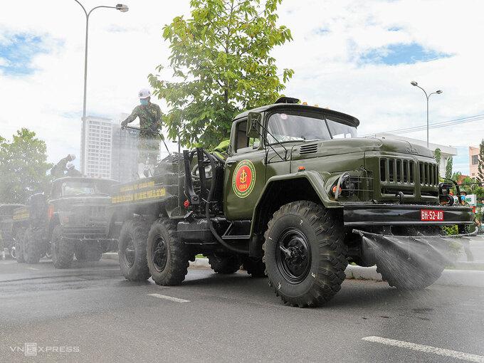 Xe chuyên dụng của quân đội phun hoá chất khử khuẩn ở Đà Nẵng. Ảnh: Nguyễn Đông.