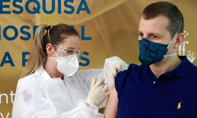 Một y tá tiêm vaccine Covid-19 đang thử nghiệm của công ty Sinovac cho tình nguyện viên ở thành phố Porto Alegre, Brazil, hôm 8/8. Ảnh: Reuters.