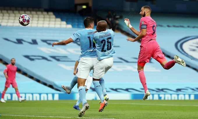 Benzema (phải) đánh đầu gỡ hòa 1-1. Ảnh: AFP.
