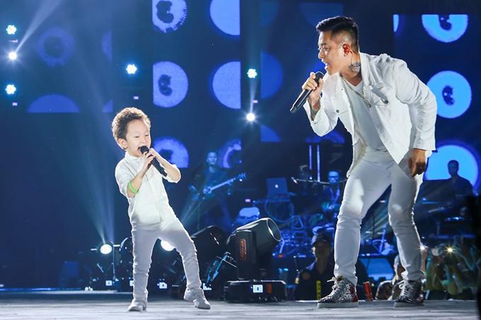 Su Hào từng gây sốt khi cùng bố biểu diễn trong liveshow Gặp gỡ thanh xuân kỷ niệm 10 năm ca hát của ca sĩ Khắc Việt. Nam ca sĩ còn tếu táo, Su Hào hot hơn cả bố.