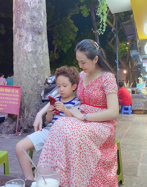 Su Hào là con trai lớn của Tuấn Hưng và Hương Baby, chào đời ngày 25/10/2014. Chưa đầy 6 tuổi nhưng Su Hào đã lớn phổng phao, sở hữu đôi chân dài. Từ nhỏ, Su Hào đã gắn bó với mái tóc xoăn tít đáng yêu.