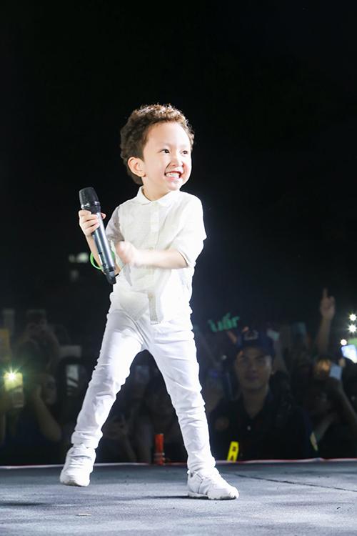 Từ nhỏ đã thường xuyên được bố đưa lên sân khấu và đến chỗ đông người nên Su Hào tỏ ra rất dạn dĩ, không hề run sợ trước tiếng reo hò của hàng nghìn khán giả. Kể cả khi ở nhà, mỗi khi thấy bố hát, Su Hào thường nhảy múa tưng bừng xung quanh.
