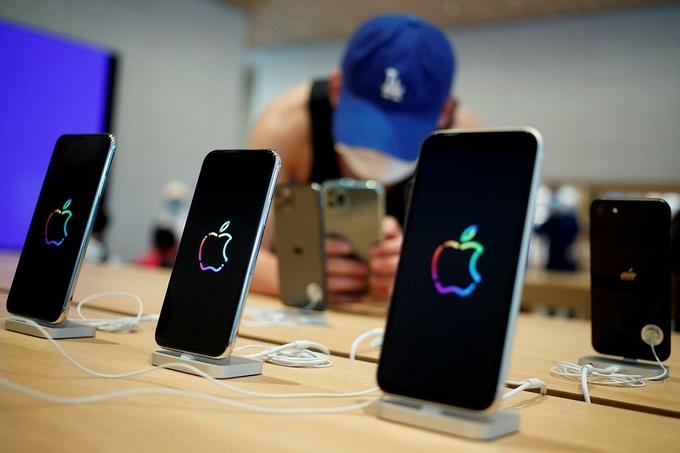 Một khách hàng xem iPhone tại một cửa hàng của Apple ở Bắc Kinh. Ảnh: Reuters