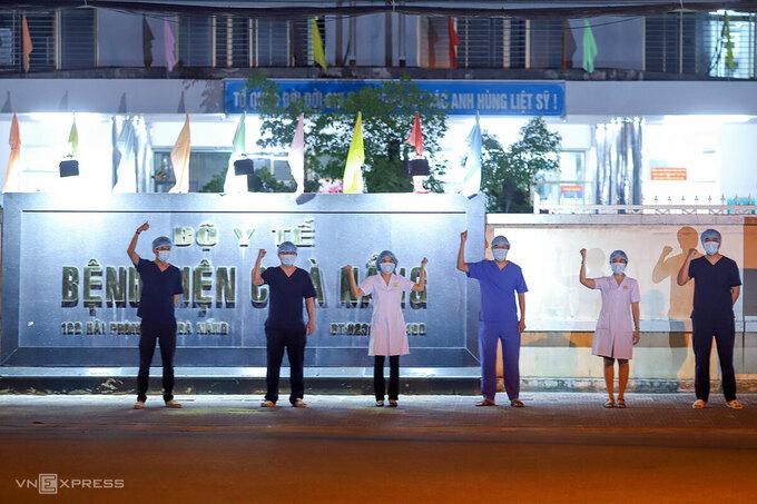 Các nhân viên Bệnh viện C với biểu tượng fighting để thể hiện quyết tâm chia lửa với các bệnh viện ở Đà Nẵng thời gian tới. Ảnh: Nguyễn Đông.