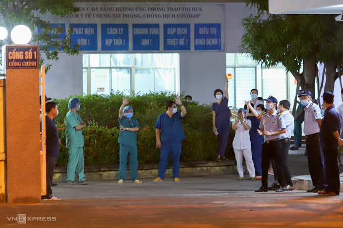 Nhiều bác sĩ vẫy tay khi cánh cổng chính của bệnh viện ở 122 Hải Phòng được mở. Ảnh: Nguyễn Đông.