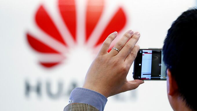 Mỹ ngày càng siết chặt lệnh cấm với Huawei. Ảnh: NDTV.