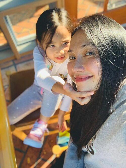 Vì dịch bệnh vẫn diễn biến phức tạp tại Mỹ, diễn viên Kim Hiền phải ôm đồm nhiều thứ khi vừa làm việc của mình, vừa dạy con học vừa lo việc nhà.