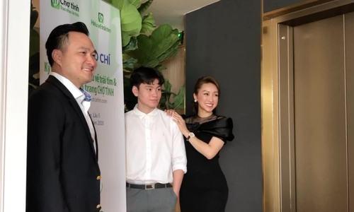 Lý Thùy Chang chăm sóc con trai Chi Bảo ở event