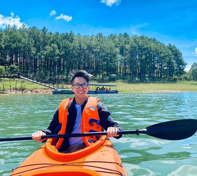 Chàng trai Singapore vui vẻ chèo thuyền kayak trên hồ Tuyền Lâm. Đây là một trải nghiệm thú vị ở Đà Lạt nhưng chưa thực sự phổ biến. Du khách có thể chèo thuyền trên mặt hồ xanh ngắt, len lỏi qua những đồi thông lãng mạn. Đặc biệt vào mùa thu, tour chèo thuyền ngắm lá phong cũng được nhiều người yêu thích.