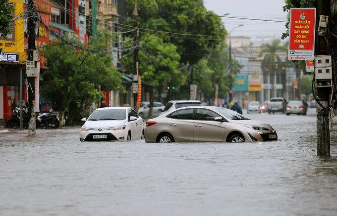 Nhiều tài xế khi đi đến đầu đường Hải Thượng Lãn ông phải quay đầu ra quốc lộ 1A, vì nước ngập hơn nửa bánh. Ảnh: Đức Hùng
