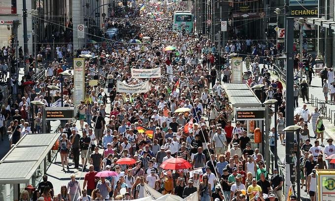 Hàng nghìn người biểu tình ở thủ đô Berlin, Đức, hôm nay, phản đối các biện pháp hạn chế nhằm ngăn Covid-19. Ảnh: Reuters.