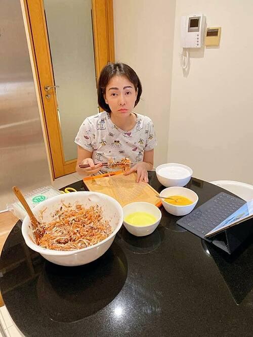 Gương mặt hối hận khi lỡ mời anh chị em đến quá đông mà còn kèm theo câu bữa cơm chị tự nấu, ca sĩ Thu Minh hài hước bình luận về bức ảnh của mình.