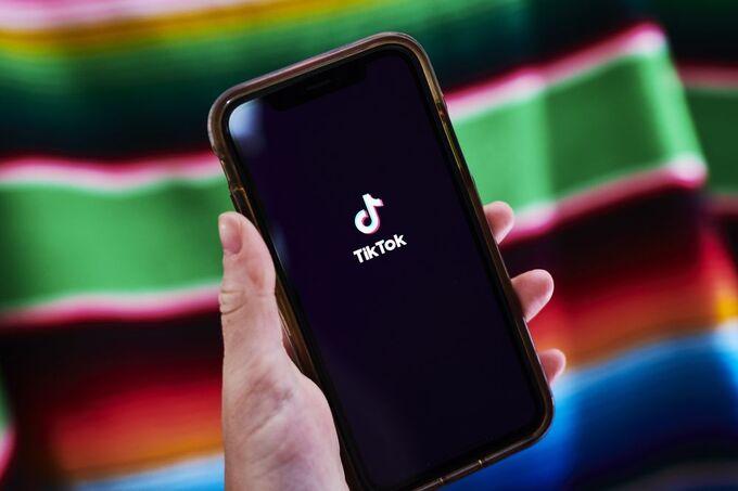 Một người dùng smartphone mở ứng dụng của TikTok. Ảnh: Bloomberg