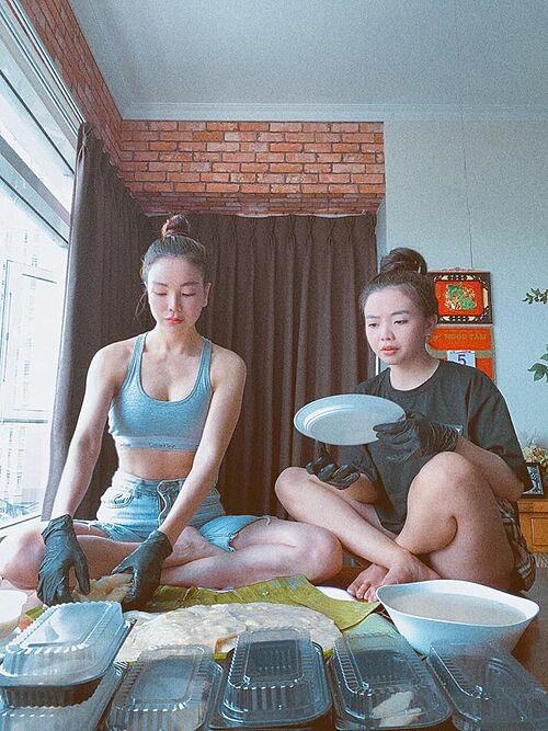 Trà Ngọc Hằng khoe eo thon khi ngồi làm bánh chuối.