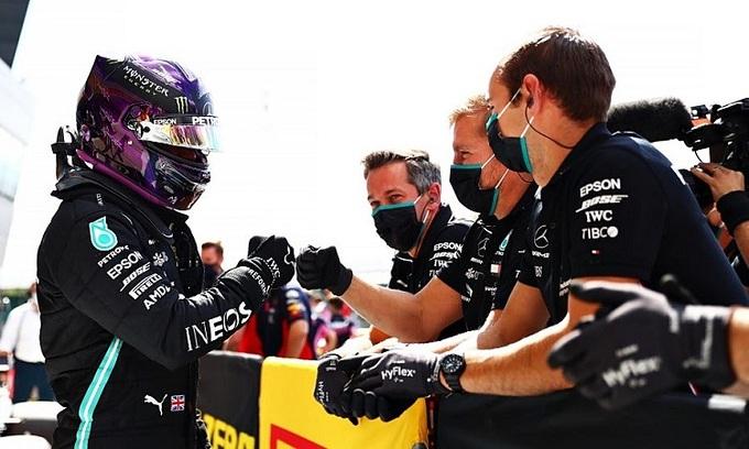 Hamilton chia vui với các cộng sự sau khi giành pole lần thứ bảy ở Silverstone. Ảnh: Formula1.