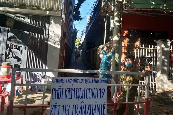 Kiệt 113 Trần Xuân Lê được lập chốt kiểm soát, ngày 7/8. Ảnh: Bảo Nam.