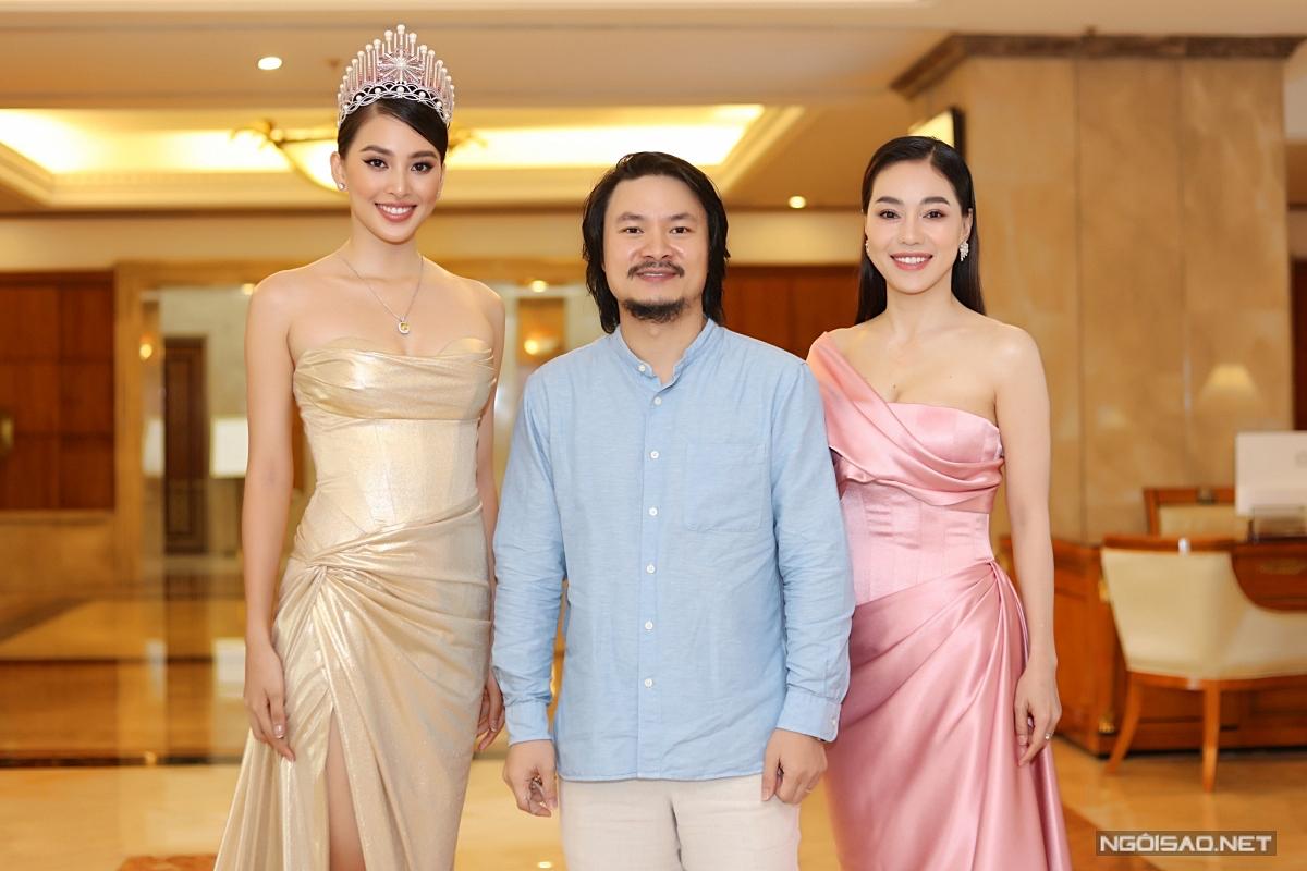 Tiểu Vy chụp ảnh kỷ niệm cùng tổng đạo diễn Hoàng Nhật Nam và bà Phạm Kim Dung - Phó trưởng BTC cuộc thi.