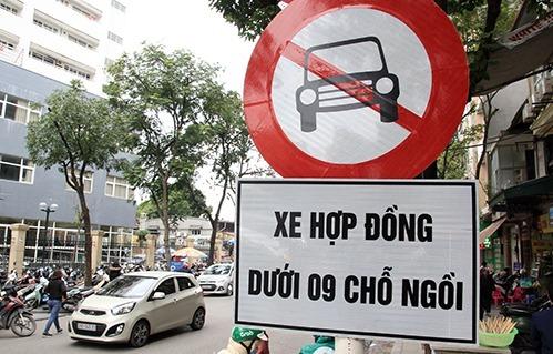 Biển cấm xe hợp đồng trên đường phố Hà Nội. Ảnh: Anh Tú