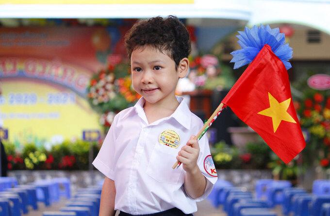 Học sinh lớp 1 trường Tiểu học Khương Thượng đến sớm để chuẩn bị cho lễ khai giảng 5/9. Ảnh: Thanh Hằng