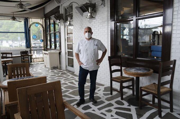 Đầu bếp tại một nhà hàng ở Atlanta (Mỹ) hồi tháng 4 năm nay. Ảnh: NYT