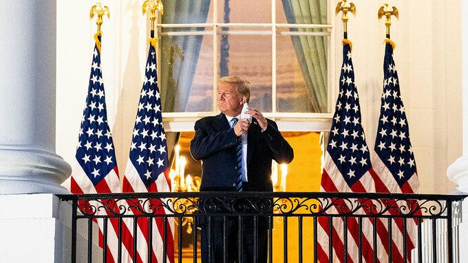 Ông Trump cởi bỏ khẩu trang tại ban công Nhà Trắng, ngày 5/10. Ảnh: NY Times