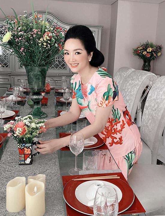 Giáng My cắm hoa, bày bàn tiệc đãi sinh nhật những người bạn doanh nhân sinh trong tháng 10.