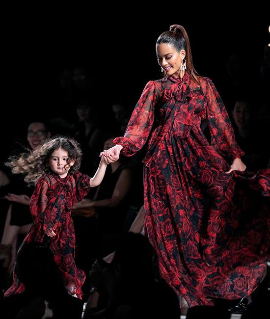 Bé Gia Gia lần đầu tiên được mẹ dẫn lên sàn catwalk chuyên nghiệp. Dù có hơi bỡ ngỡ vì khán phòng chứa 2.000 khách mời nhưng cô bé nhanh chóng bắt nhịp cùng mẹ.