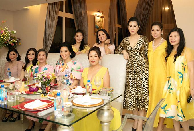 Á hậu Việt Nam 1992 Vi Thị Đông (thứ ba từ phải qua) cũng là một trong những người bạn thân của Giáng My.