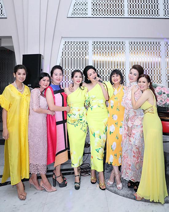 Hoa hậu đền Hùng ngẫu hứng ca hát, quẩy hết mình bên bạn bè.