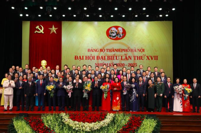 Ban chấp hành đảng bộ Hà Nội khoá XVII nhiệm kỳ 2020 - 2025 ra mắt tại đại hội đảng bộ thành phố hôm 12/10. Ảnh: Viết Thành.