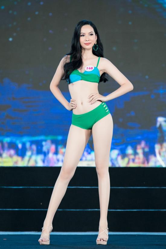 Phạm Thị Phương Quỳnh nổi bật nhờ nhan sắc khả ái, vóc dáng chuẩn 78-63-94 cm.