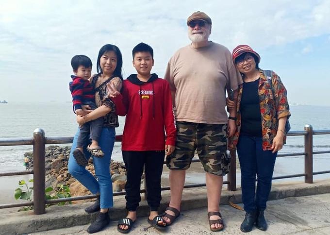 Ông Anthony, bà Hạnh cùng con và cháu gái bà tại , trong lần về nước hồi tháng 3/2020. Ảnh: Nhân vật cung cấp.