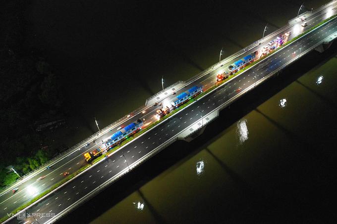 Đoàn xe chở ba toa metro qua cầu Thủ Thiêm, quận 2. Ảnh: Hữu Khoa.