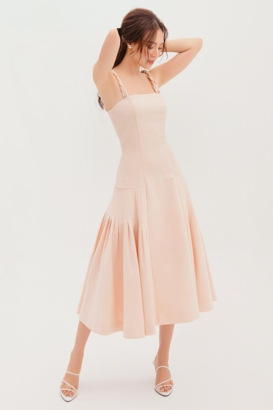 Bộ sưu tập Decos Fre-Fall 2020 – Pink Girls Collection là sự đan xen giữa thực tại và chút mơ mộng của các cô gái thành thị. Nhà thiết kế Nguyễn Phương Đông sử dụng sắc hồng pastel chủ đạo, phối các chất liệu: cotton 100%, thun 3D và ren cao cấp.