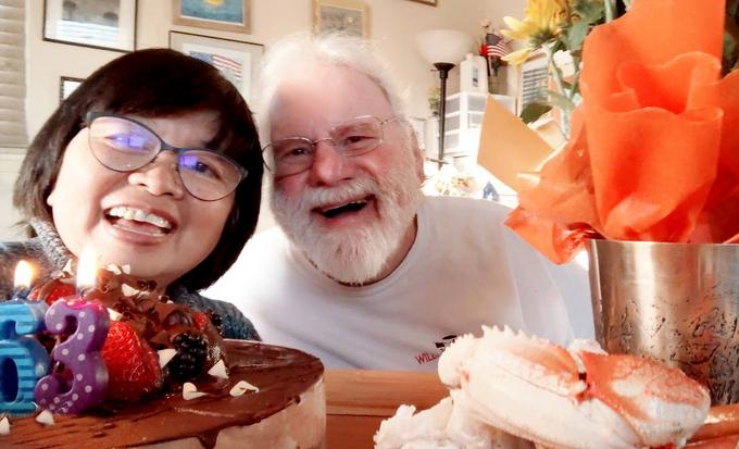 Ông Anthony và bà Mỹ Hạnh trong sinh nhật 63 tuổi của bà, tại nhà của họ ở Monterey, California. Ảnh: Nhân vật cung cấp.